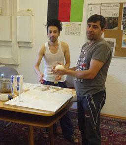 Die afghanischen Köche Fahim (li.) und Sherzad bei der Zubereitung der Teigtaschen