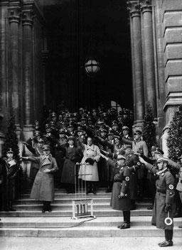 Freitreppe des Wiener Rathauses: Hitler, Goebbels, Bürckel, Heß. ©: ÖNB Bildarchiv und Grafiksammlung