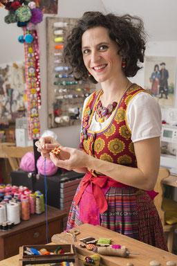 Die Knopfmacherin Sandra-Janine Müller in ihrer kunterbunten Werkstatt in Bayerisch-Schwaben