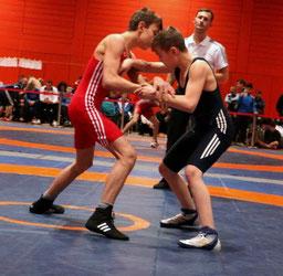 bereits im ersten Kampf traf Ricco (blau) auf den späteren Titelträger (Bild:Annett Tewellis)