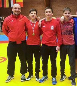 Trainer Felix Thätner mit Maximilian, Marius und Jarod (v.l.n.r.)