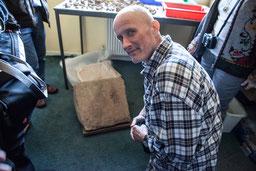 Abbdildung: Kurt Frank, Obmann der ARGE Archäologie ist begeistert von den 5000 Jahre alten Ritzverzierungen / © Klaus Schindl