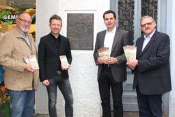 Vier Personen mit der Stolperstein-Broschüre in Attendorn
