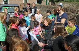 Beate Theißen bei der Gesangsprobe mit ihren Rurtalschule-Kindern, die ebenfalls für das Großprojekt unter Regie des Stadtmusikbundes üben. FOTO: JÜRGEN LAASER