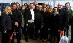 """Erkelenzer Sänger des Chores """"Le Colisee"""" hinter der Bühne mit dem musikalischen Gesamtleiter Professor Alan Urbanek. FOTO: Paul Krahe"""