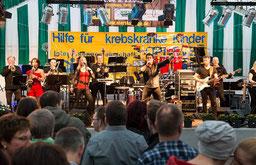 """Die Mennekrather eröffneten am Samstag als Lokalmatadoren das """"Niersklänge""""-Programm, ehe """"Vorsicht Gebläse"""" das Publikum aufmischte.     FOTO: Ruth Klapproth"""