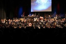 Den Rettungsring in der Bühnenmitte brauchte kein Musiker. Der Städtische war mit seinem neuen Dirigenten Thomas Lindt weit entfernt davon, im Konzert Schiffbruch zu erleiden. FOTO: JÜRGEN LAASER
