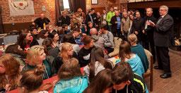 Bürgermeister Peter Jansen (r.) empfing die jungen Musiker gestern in der Burg und kam mit ihnen ins Gespräch. FOTO: Jürgen Laaser
