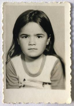 Mädchen kritischer Blick schwarz weiß Foto