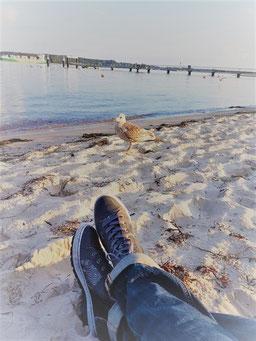 Achtsamkeit am Strand, gute Strategie, Stressbewältigung, Wohlbefinden, Lebensqualität