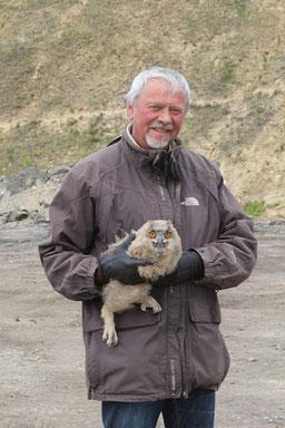 Dr. Hans-J. Ropers mit dem Uhu-Nesthäkchen  Foto: I-M Ropers
