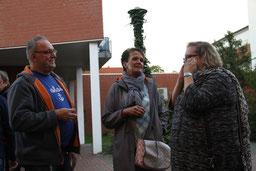 Marcus Garcia-Holthusen und Julia Golnik (re.) von TRENDS for FRIENDS mit Katja Grambow, Ehefrau des Aktions-Schirmherrn Thomas Grambow, im Gespräch über JEDER EURO HILFT!