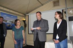 Vize-Bürgermeister Thomas Grambow, Schirmherr der Aktion JEDER EURO HILFT!, bei der Spendenübergabe an Hannelore Schade (re.) und Cornelia Meyer vom Flüchtlingsnetzwerk