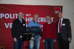 Die Neu Wulmstorfer SPD-Spitze Thomas Grambow, Bürgermeister Wolf Rosenzweig und Tobias Handtke, Vors. SPD Gemeinderatsfraktion, (von rechts), mit Singer & Songwriter Marcel Schaar (3. von re.)