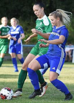 Empfahl sich für die Startelf: Die Großenengliserin Nikola Körbel (r.), hier im Zweikampf mit Sarah Eyrich vom 1. FC Mittelbuchen.