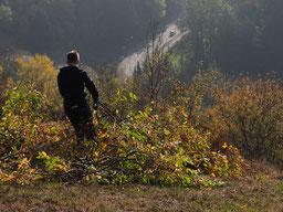 Auch das Beischaffen der Äste ist ein hartes Brot auf dem steilen Gelände, Foto: A. Herschel