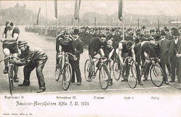Start zu einem Radrennen 1904