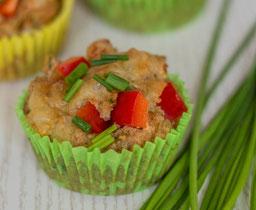 Herzhafter Muffin mit Gemüse und Schinken, bestreut mit Schnittlauch