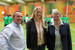Das AOK-Team und JPRS Schulleiterin Jutta Tschakert