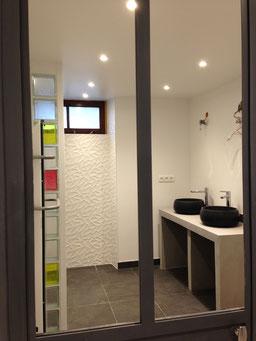 Salle d'eau, lavabos, lavabos en pierre, lavabo pierre noire, pavés de verre rose, pavé de verre jaune, faïence 3d, carrelage noir, faïence rectifiée
