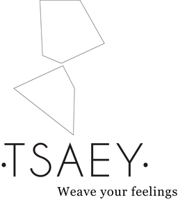 Logo de •TSAEY• représentant deux forme géométrique l'une sur l'autre, surplombant le nom de la marque et le slogan Weave your feelings