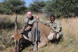 Jagdführer Absalom, der mit einem Gast einen kapitalen  Eland Bullen erlegt hat