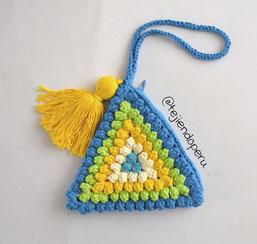 Bolso con granny triangular popcorn tejido a crochet