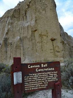 Theodore Roosevelt National Park, North Unit, Scenic Drive, Cannonball Concretions Pullout direkt gegenüber der Zufahrt zum Juniper Campground