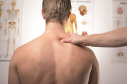 Die osteopathischen Techniken setzen bei den Ursache- und Folgeketten an, auf welche der Körper mit Schmerzen, Verspannungen und Bewegungseinschränkungen reagiert.