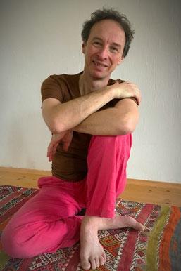 Yogalehrer lächelnder Mann