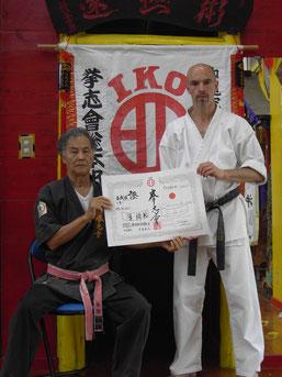 Hokama Tetsuhiro Hanshi überreicht die Lehrlizenz an seinen Schüler Andree Kielholtz