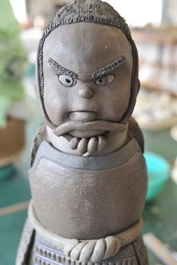 使う土にこだわって制作中の武将人形
