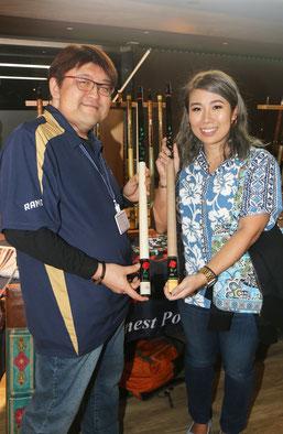 石川氏と来場者の坂上さんが持参した、新旧のローズメウチ
