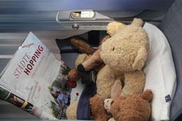 Kasimir, Cäsar, Fredi und Kerl lesen im Flugzeug auf dem Heimflug von Buenos Aires nach Deutschland einen Artikel über Städte-Hopping