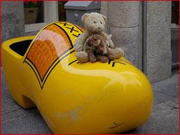 Kasimir, Cäsar und Fredi in einem Riesen-Klompen in Amsterdam