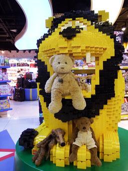 Kasimir, Cäsar, Fredi und Kerl mit einem Lego-Löwen in Warschau