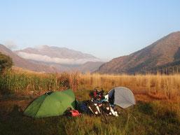 Le plaisir de monter un campement, de jour