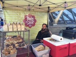 Au marché, vente de pâtisserie Vegan issus des produits des fermes environnantes.