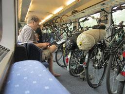 Im frühen Zug mit den Fahrrädern.