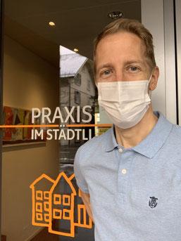 Michael Meier, med. Masseur, vor dem Eingang der Praxis im Städtli in Cham