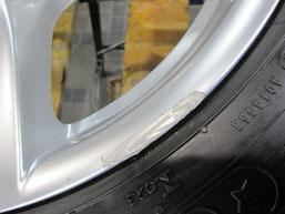 BMW320iのハイパーシルバー塗装仕上げの18インチ純正アルミホイールのガリキズ・すり傷のリペア(修理・修復)前の傷アップ写真