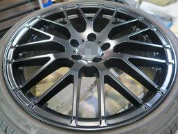 メルセデス・ベンツE220dの艶消し(マット)ブラック純正アルミホイールのガリキズ・すり傷のリペア(修理・修復)後の写真1
