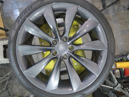 テスラ・タイプSの純正アルミホイールのガリ傷・すりキズのリペア(修理・修復)前のホイールBの写真
