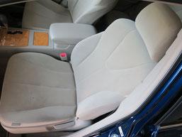 トヨタ・カリーナの、助手席、布(モケット)シート、座面のタバコ(煙草)焦げ穴(コゲ穴)リペア(修理・修復)前の写真1