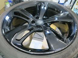 ベントレー・フライングスパーW12Sの純正艶有りブラックホイールのガリ傷・すりキズのリペア(修理・修復)前のホイールAの写真1