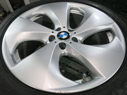 BMW X6 純正 アルミホイール(ハイパーシルバー)20インチのガリ傷・擦りキズのリペア(修理・修復・再生)前ホイール写真2