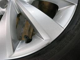 フォルクスワーゲン・ビートル の純正アルミホイールのガリ傷・すりキズ・欠けのリペア(修理・修復)前の傷のアップ写真