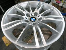 BMW335Mの純正ハイパーシルバーアルミホイールの、ガリ傷・すりキズのリペア(修理・修復)前のホイール全景写真方向1
