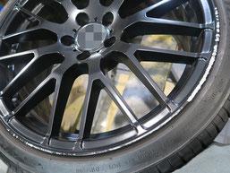 メルセデス・ベンツE220dの艶消し(マット)ブラック純正アルミホイールのガリキズ・すり傷のリペア(修理・修復)前の写真2