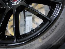 アテンザ(マツダスピード)の社外ブラックアルミホイール(レイズの12本スポーク19インチ)のガリ傷・擦りキズのリペア(修理・修復・再生)前の傷アップ写真2
